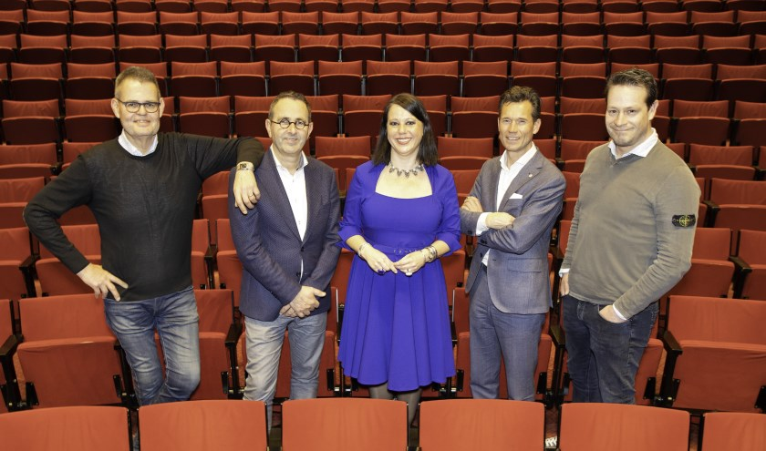 Foto v.l.n.r. : Henk Luiten (TheaterHotel De Oranjerie), Paul Franssen (Schouwburg Venray), Brigitte van Eck (Munttheater), Leon Thommassen (De Maaspoort Theater & Events), Dries Floris (DOK6 Theater). Foto: Rob Nijpels