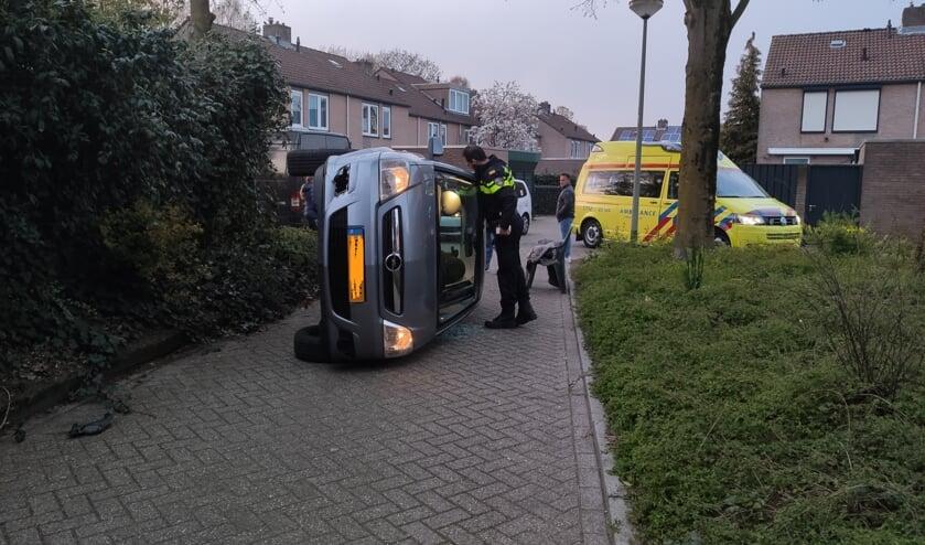 Auto komt op zijkant terecht in Venrayse woonwijk. Foto: SK-Media.