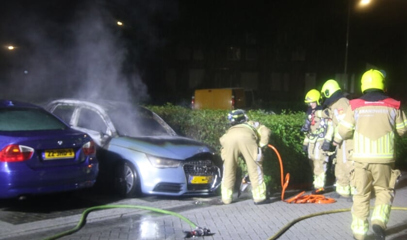 Een Audi brandde in de nacht van zondag op maandag volledig uit.