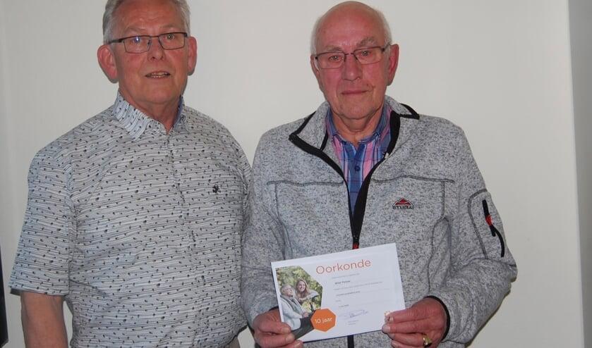 Rechts Wiel Pelzer, links voorzitter Jo van Lieshout