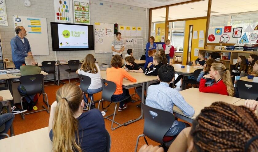 Leerlingen van de Hommel luisteren aandachtig tijdens de kick-off van de E-waste Race.