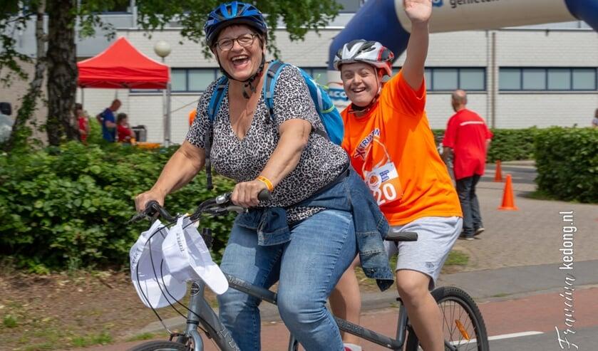 Samen genieten tijdens de  tweede X-triathlon voor mensen met een beperking in Venray.