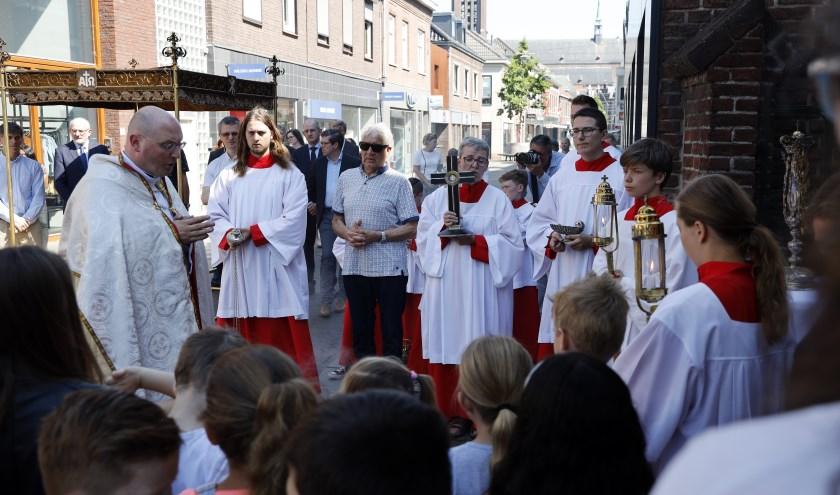 De sacramentsprocessie trok zondag door de straten van het winkelcentrum.