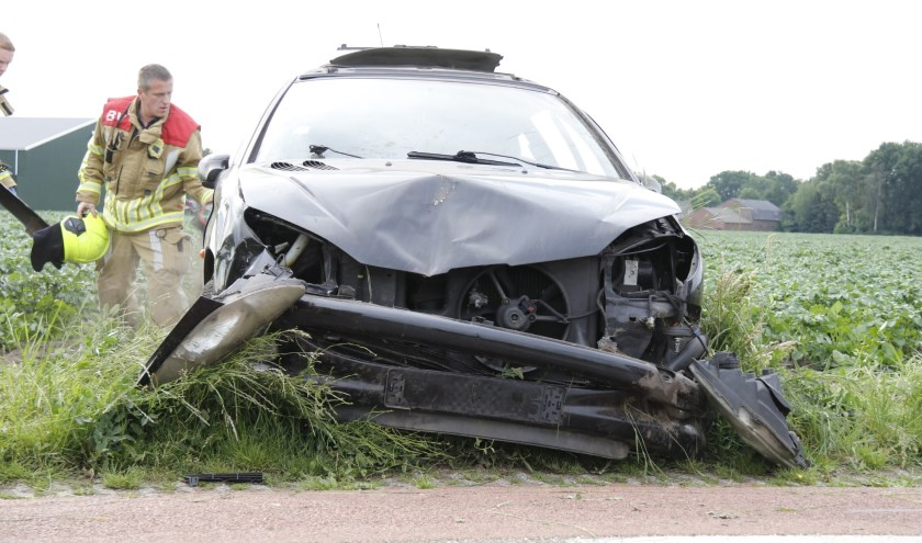 De ernstig beschadigde auto.