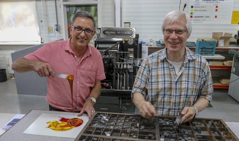 Han Siebers (links) en Antoon Jansen samen honderd jaar in dienst bij Van den Munckhof Print & Media.
