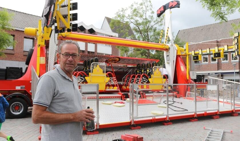 Kermismeester Joop Goossens bij de topattractie Fire Ball in opbouw.