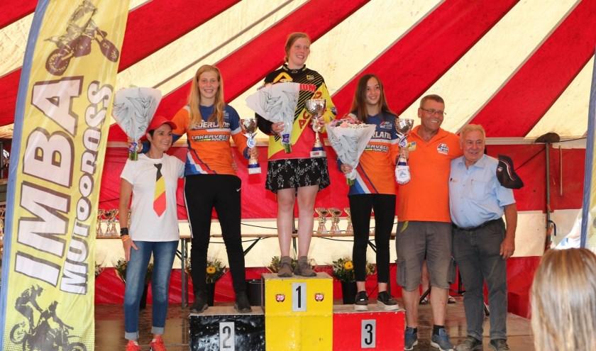 Podium EK-wedstrijd Weerst (België) met op de tweede plaats Britt Jans-Beken en op de derde stek Amber Simons.  Foto gemaakt door: Mike Mazout