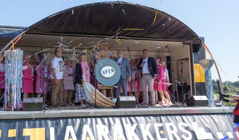 Burgemeester Van Soest van Boxmeer en wethouder Thielen van Venray openden zaterdag Schijt aan de Grens op ludieke wijze.