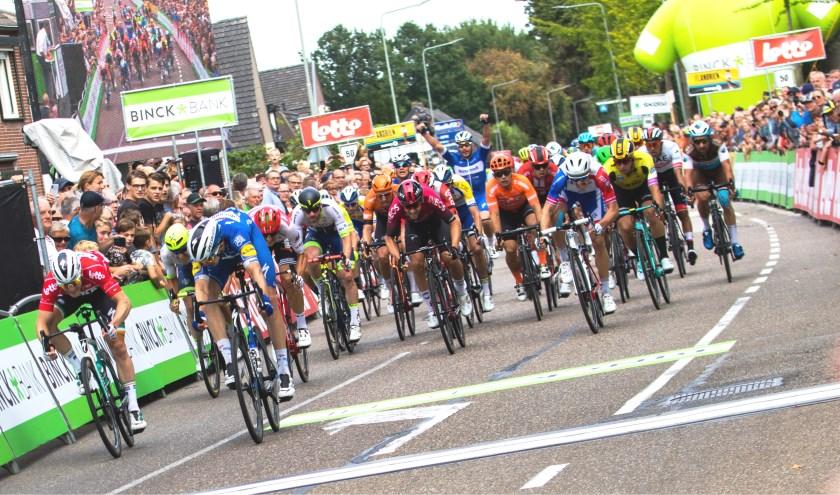 Álvaro Hodeg won vrijdag op de Stationsweg in Venray de vijfde etappe van de BinckBank Tour.