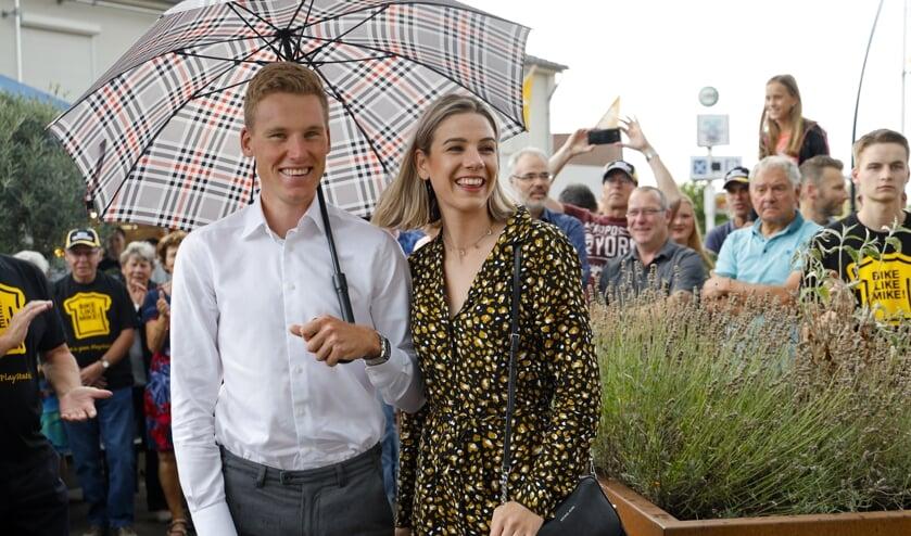 Mike Teunissen en zijn vriendin Corine genieten tijdens de huldiging, afgelopen woensdag in Ysselsteyn.