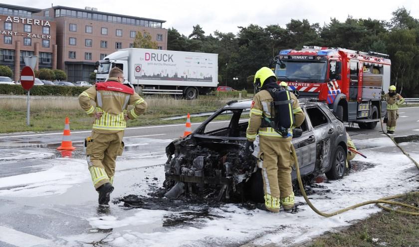 Een auto is dinsdagmorgen uitgebrand op de afslag A73.