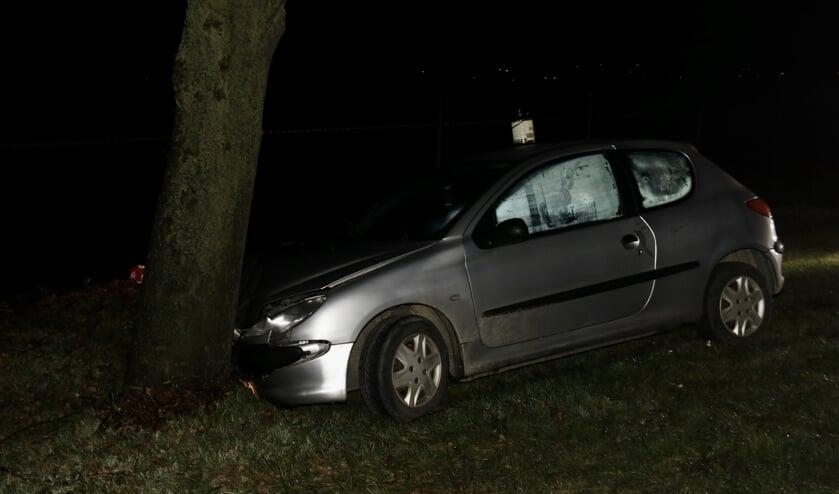 Deurneseweg: auto botst tegen boom.