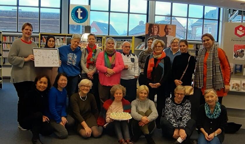 Het taalakkoord werd gevierd door taalvrijwilligers en cursisten in de Venrayse bibliotheek.
