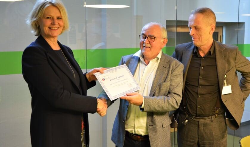 Foto v.l.n.r. Jolande Tijhuis (voorzitter raad van bestuur CONRISQ), dr. Jacques van Hoof, dr. Joep Tuerlings (psychiater Vincent van Gogh).