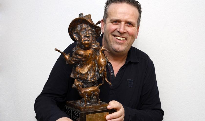 Theo Nellen met de wisseltrofee van de Limburgse Vereniging van Karnavals Artiesten.
