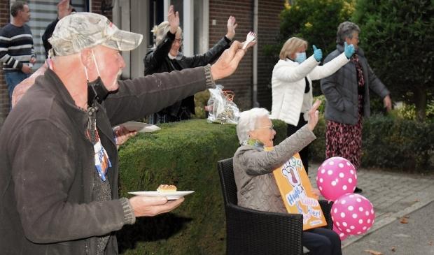 <p>Oma Ruhl zwaait samen met de buurt naar al haar fans</p>