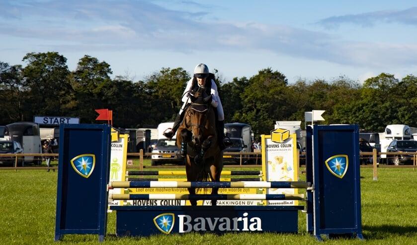 <p>Amazone Gerdine Frens trotseert met haar paard H&#39;Indy een van de hindernissen.</p>