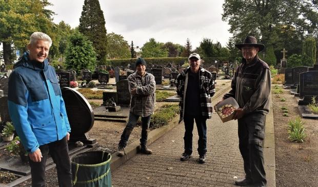 <p>Ren&eacute; Aengenend verrast de kerkhofploeg Johan Scheele, Koos Albers en Pierre Keysers met een lekkere taart</p>