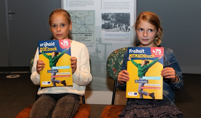 <p>Lisa uit Venray (links) en Carlotta uit het Duitse Weeze kregen het eerste exemplaar van het nieuwe doeboek.</p>