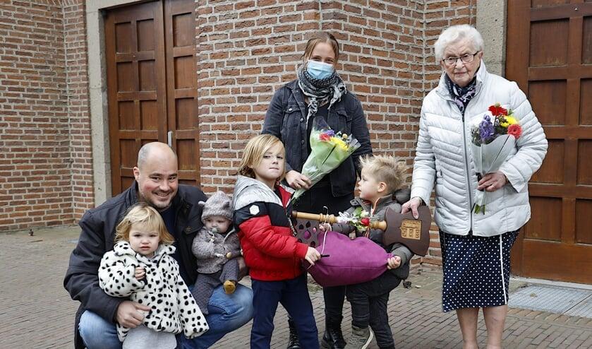 <p>Marietje Hubers overhandigt de sleutel van de kerk symbolisch aan de familie Willems. </p>