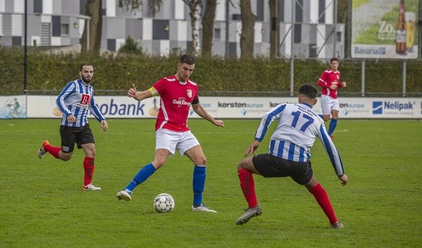 <p>SV Venray-aanvoerder Stijn Brinkman zoekt zijn directe tegenstander op.</p>