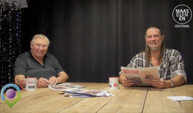 Toon en Fred  bespreken de Maasduinen Courant