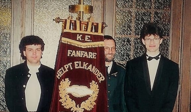 <p>Aftredend dirigent John Gubbels (links) en Eric Roefs, 25 jaar geleden</p>