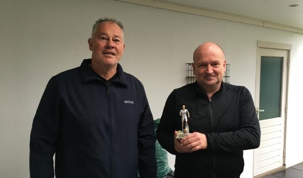 Voorzitter Bart van Roosmalen (links) met jubilaris Albert Buddiger die 50 jaar lid is