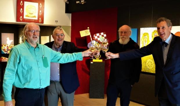 <p>Fysieke toast tijdens een digitale opening. (Roel van der Veen, Pieter Smits, Jan Brandsma en Paulus Smits</p>