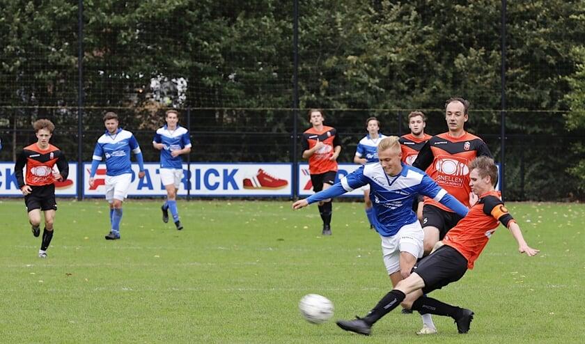 <p>SV United-aanvaller Mike Linders in duel met een speler van Vitesse&rsquo;08.</p>