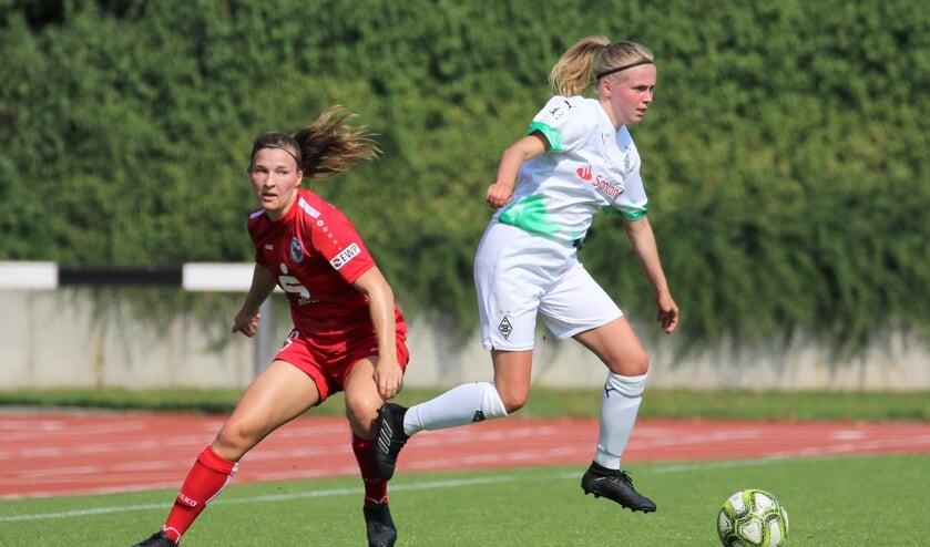 <p>Amber van Heeswijk (rechts) van Borussia M&ouml;nchengladbach is haar tegenstander te snel af.</p>