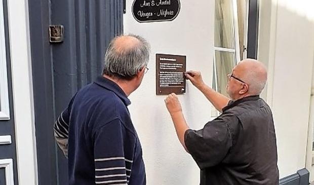 Bij de familie Veugen werd het vierde informatiebordje in Well bevestigd