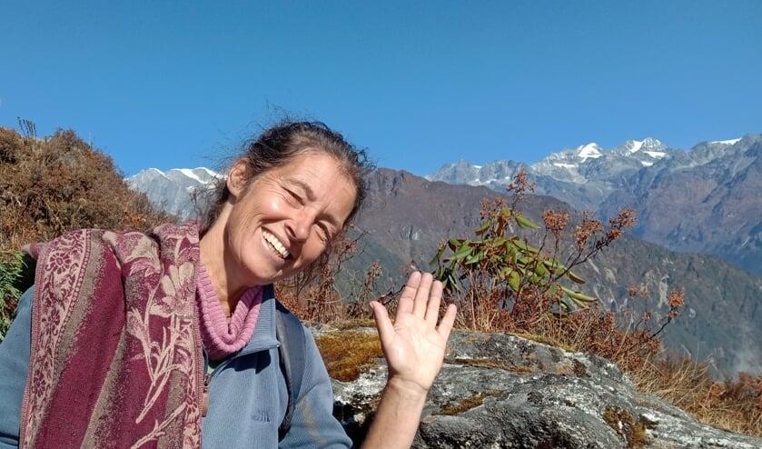 <p>Marjo Jenniskens bivakkeert in een bergdorpje in de Himalaya.</p>