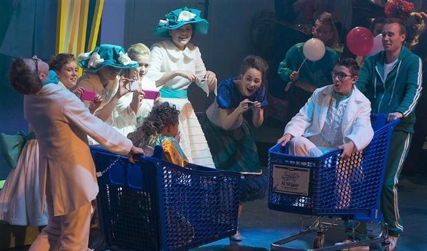 Stijn, rechts in het winkelwagentje, tijdens de Revue in 2016