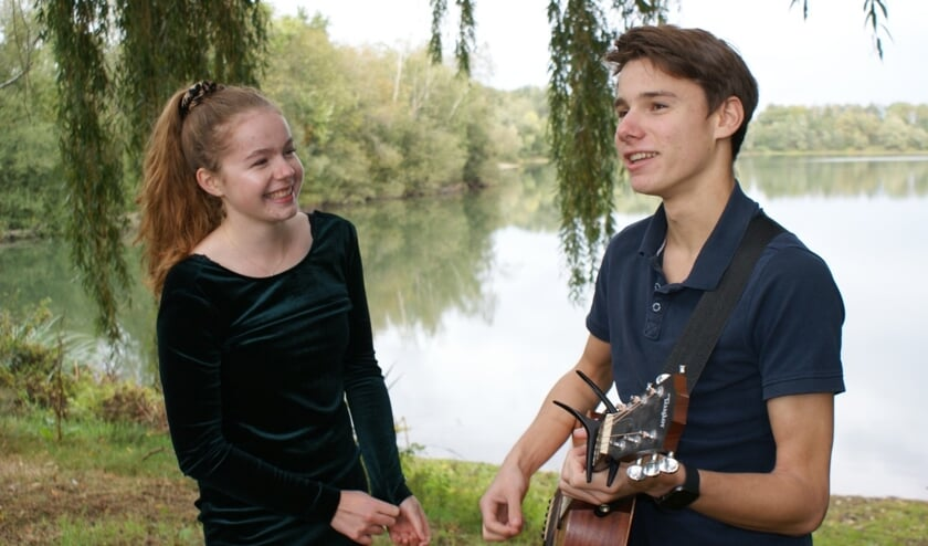 <p>Merel Klaassen en Luuk Dijsselbloem &nbsp;presenteren hun single No Time.&nbsp;</p>