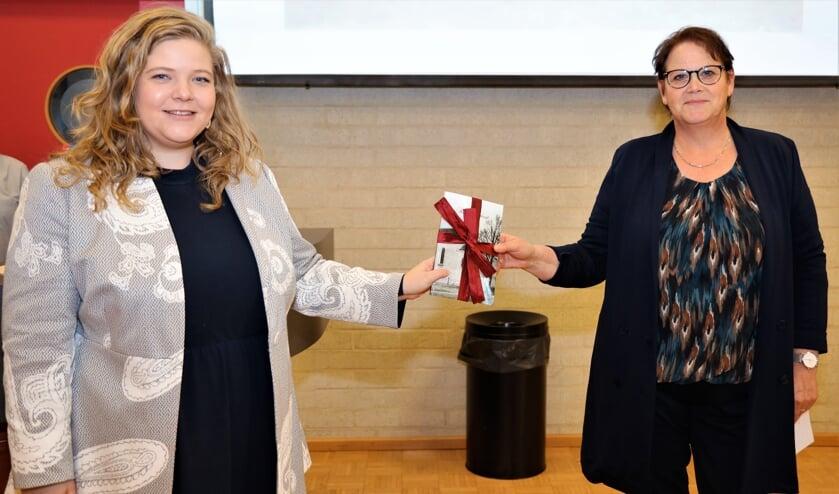 <p>Wethouder Anne Thielen ontving het eerste exemplaar uit handen van Ank Kleuskens.</p>