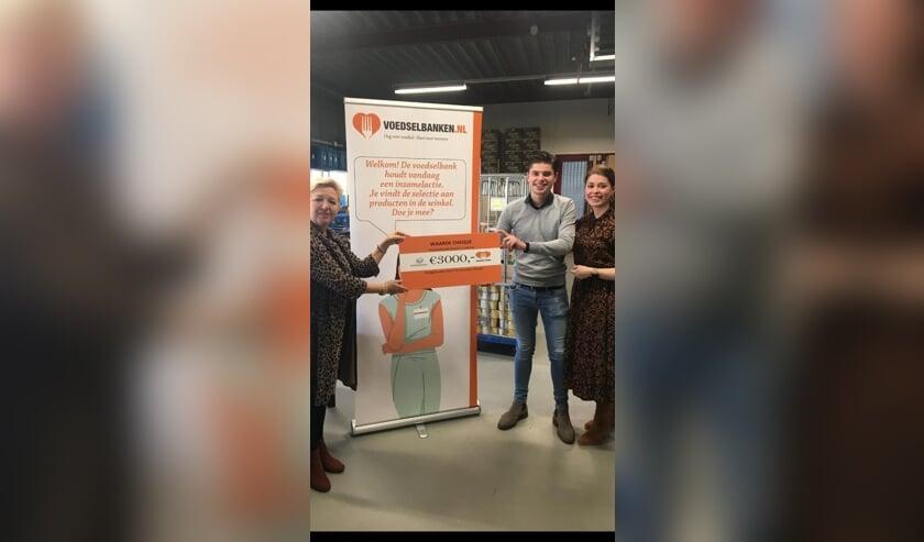 <p>Foto: v.l.n.r. Gerda van Stelten (Voedselbank Limburg-Noord), Hendrik Verstraaten (Verstraaten Express) en Janneke Verstraaten (Verstraaten Staatsievervoer).</p>