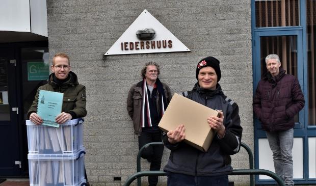 Ton Wijers, Henk Hendriks, Piet Manders en André Aengenend van de dorpsraad verlaten Iedershuus.