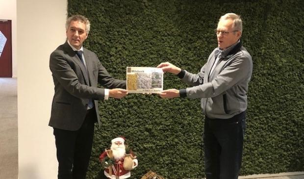 Hans Teunissen krijgt het eerste exemplaar uitgereikt door Ton Frenken