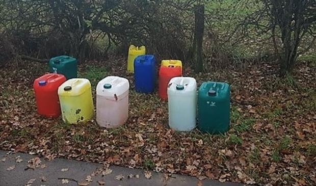 <p>Jerrycans met chemisch afval in de Maasduinen</p>