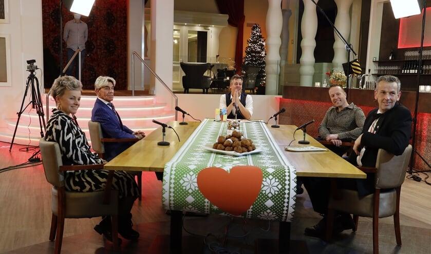 <p>Gert Janssen, Helga Cornelissen, Rob Poels en Jeroen Ewalts aan tafel bij Rob van Lieshout in de talkshow Hart voor Venray.&nbsp;</p>