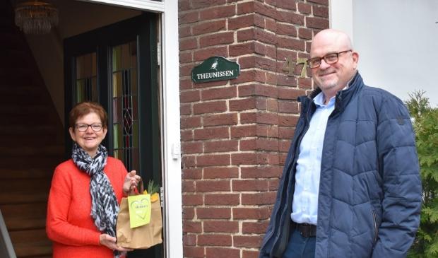 <p>Directeur Ed Peters overhandigde een verrassingspakketje aan Thea Theunissen</p>