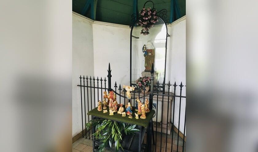 <p>Sint Anna in de kapel aan de Langeweg kijkt uit over een kleurige kerstgroep.</p>