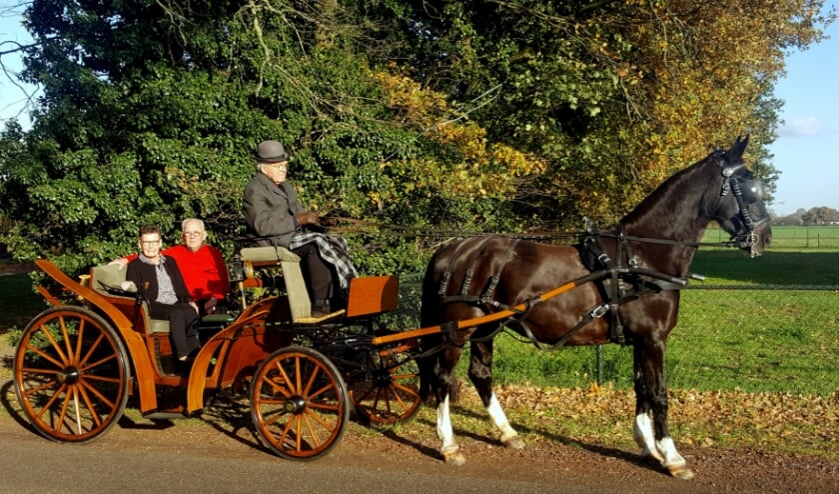 <p>Jeu Vollenberg en Maria Vollenberg-Willems genieten met volle teugen van een ritje in de koets.</p>