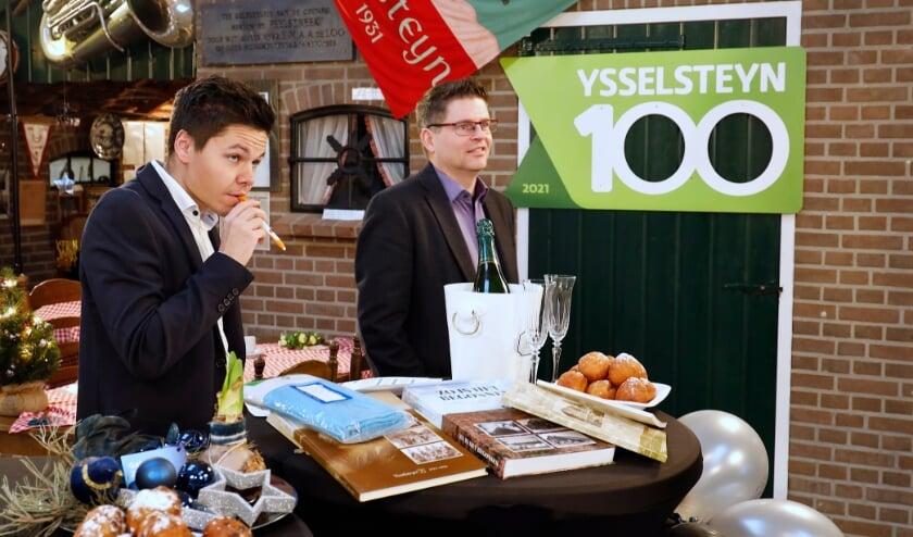 <p>Presentatoren 100 jaar Ysselsteyn vanaf &rsquo;t Lovinckplein. Links: Willy Hubers, rechts: Luc Janssen.</p>