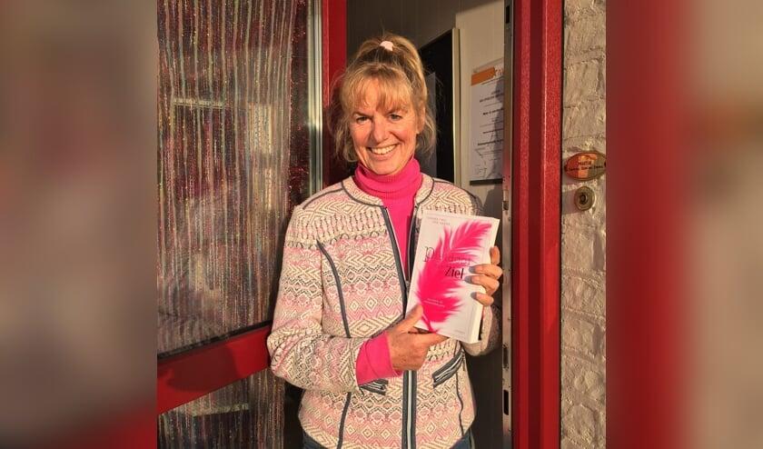 <p>Gemma van den Akker met haar boek Pleidooi voor de Ziel.</p>