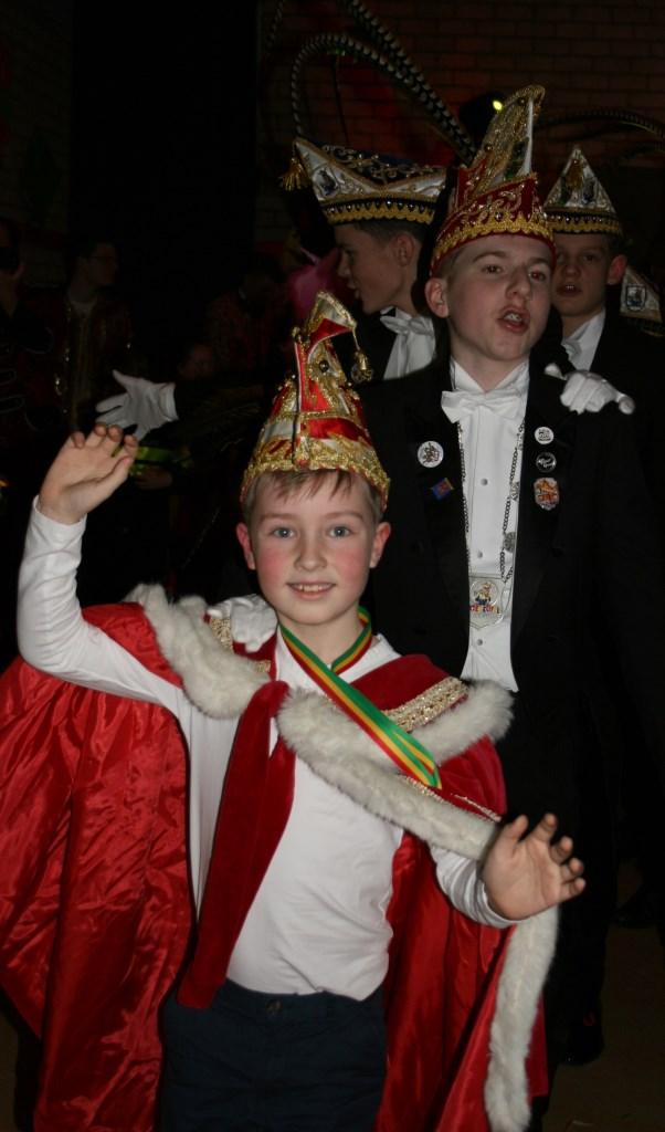 Prins Alex voorop in de polonaise tijdens de carnavalsavond van Jong Nederland.