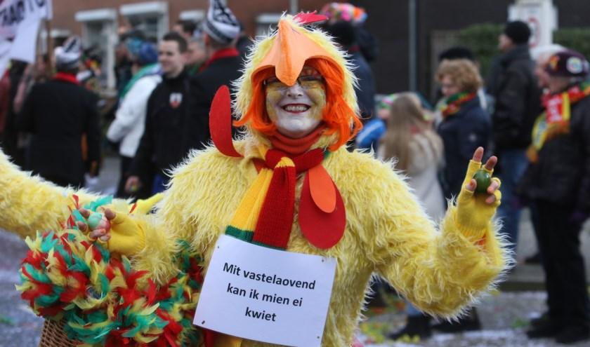 Een van de deelnemers, in opvallende outfit, van de Venrayse optocht van vorig jaar.