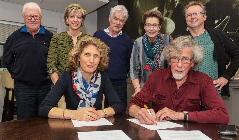 De samenwerking tussen Oranjebuurt en St. Petrus' Bandenschool werd maandag ondertekend.