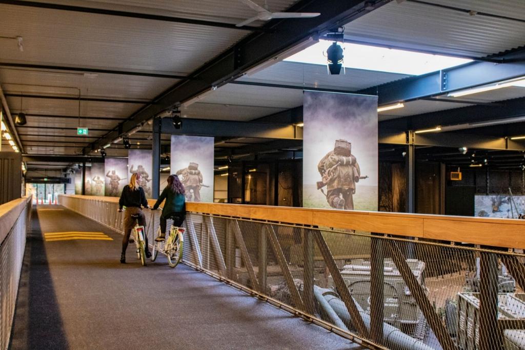 De fietsbrug door het museum. Foto: Oorlogsmuseum Overloon © Peel en Maas Venray